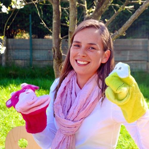Femme souriante avec des gants marionnettes d'animaux