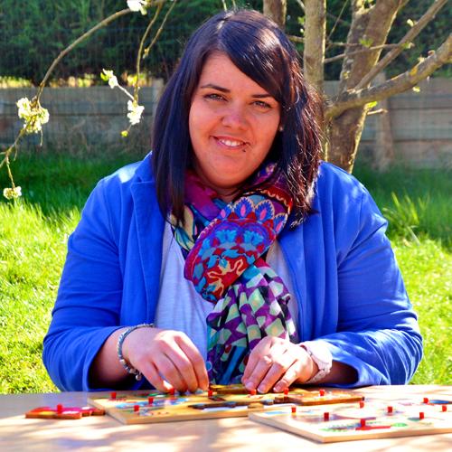 Femme assise à une table joue à un jeu pour enfant