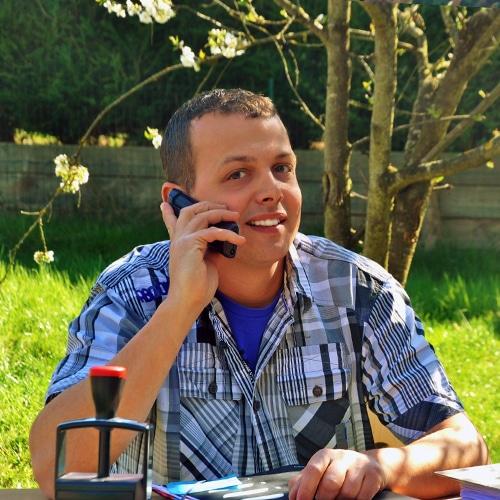 Homme assis qui téléphone