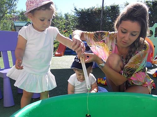 Deux enfants jouent avec une jeune femme