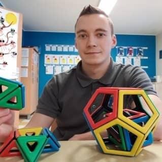 Un jeune homme avec des jouets pour enfants