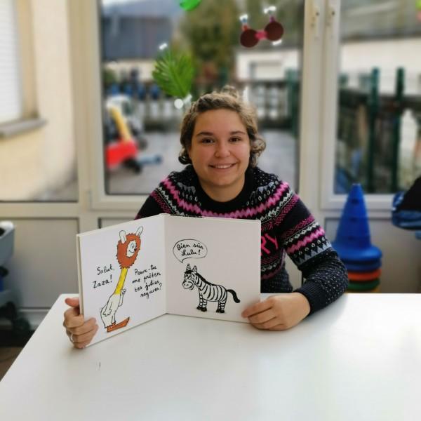 Femme avec un livre pour enfant